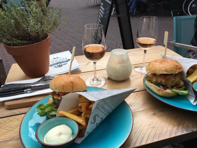 Burgers eten bij 'Iveau' in Arnhem