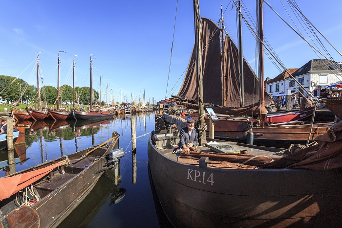 Botters in de haven van Elburg